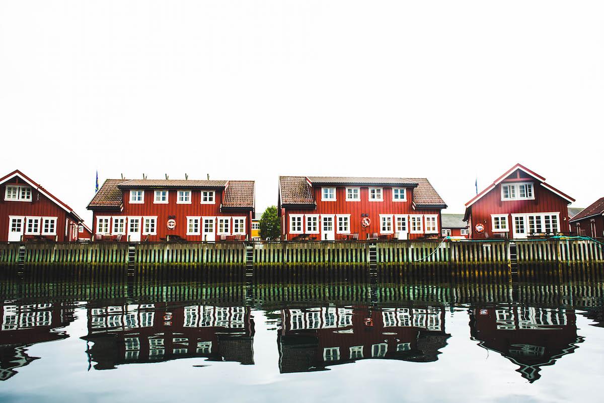 haeuser-norwegen-wasserspiegelung
