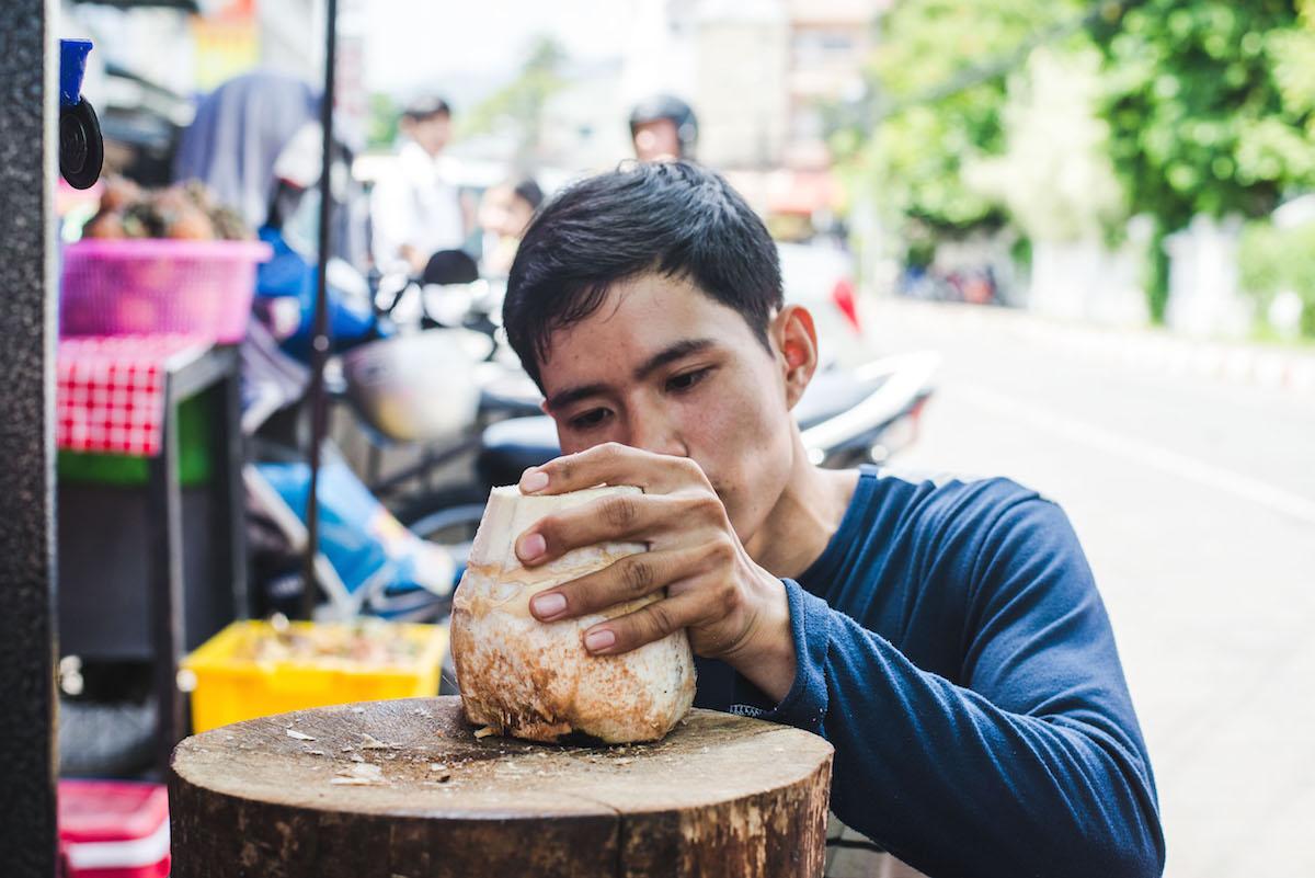 kokosnuss-oeffnen-thailand